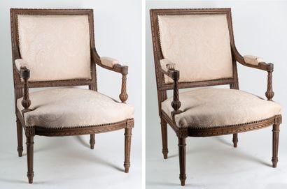 Paire de fauteuils style Louis XVI, dossiers...