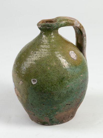 Cruche en terre cuite et glaçure verte en Pré d'Auge, de forme ovoide, H : 18,5cm...
