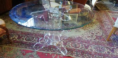 Une table dessus verre et pied en plexiglas,...
