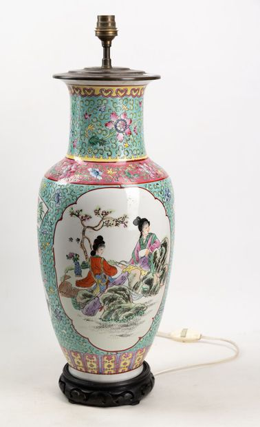 Vase balustre monté en lampe à décor de fleurs,...