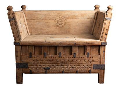 Grand coffre banc en bois naturel, (travail...