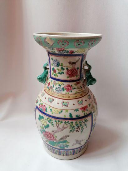 Vase balustre en porcelaine de Chine, cachet...