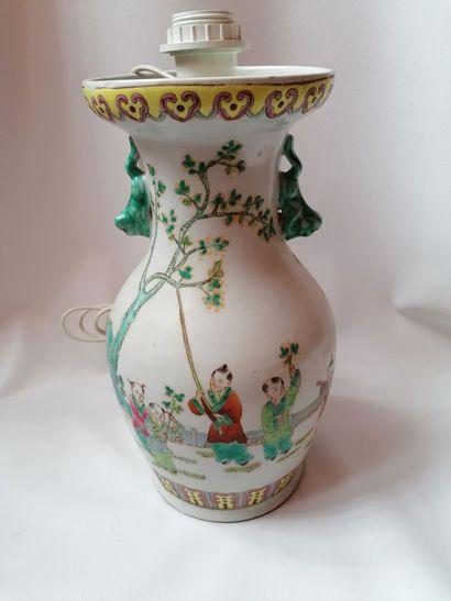 Vase balustre monté en lampe en porcelaine...