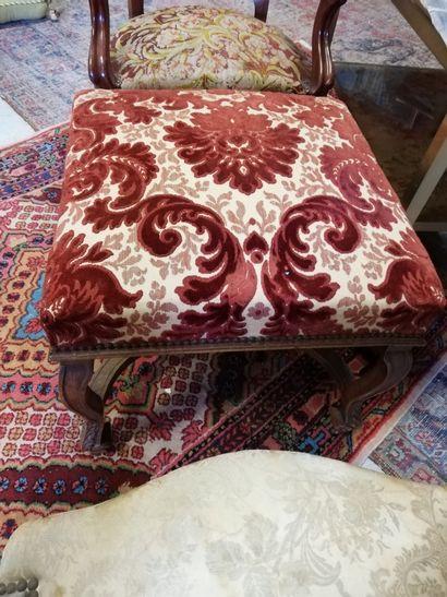 Un lot comprenant 1 repose pied en bois et tissu fleuri de style Louis XV à entretoise...