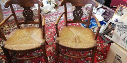Une paire de fauteuils en l'état.