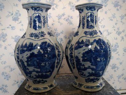 Chine : paire de vases bleu dont le décor...