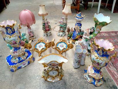 Ensemble de vases en porcelaines, paires...