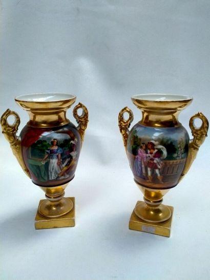 Paire de vases en porcelaine de Paris, accidents...