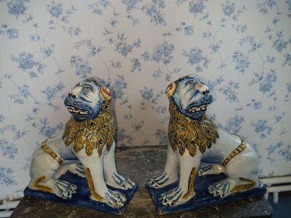 Faïence polychrome, Paire de lions assis...