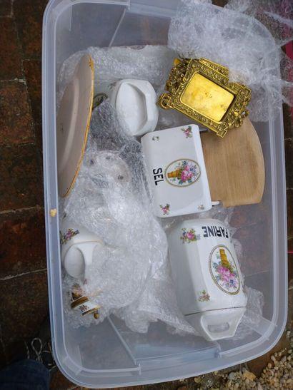 DIVERS 5 caisses : porcelaine, montant de...