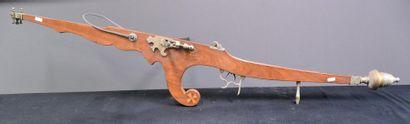 Grande arbalète vers 1900. ht 160 cm.
