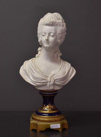 Buste de Marie Antoinette en biscuit blanc...