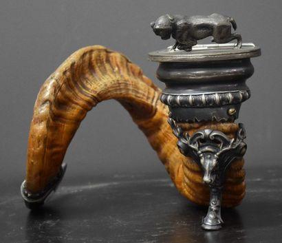 Pot à tabac de chasse formé d'une corne et...