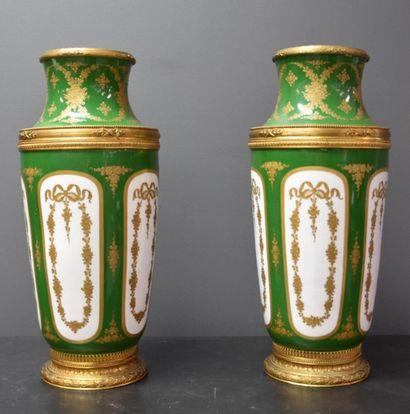 Paire de vases en porcelaine de Sèvres, tons...