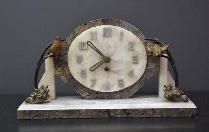Pendule de cheminée art déco en marbre et bronze à décor d'oiseaux. Ht 23 cm