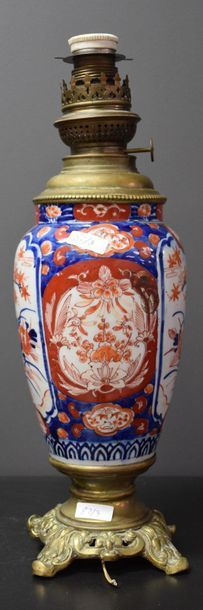 Pair of Japanese porcelain lamps. Imari. Ht 40 cm, without glasses .