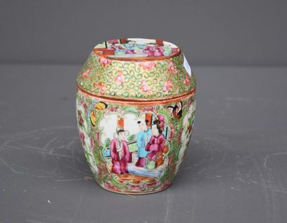 Small snuffbox in Canton porcelain, 19th century. Ht 12 cm .