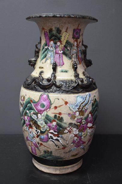 Vase in porcelain of Nanking with warriors decoration. Ht 36 cm .