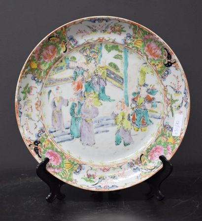 Chinese porcelain plate, 19th C. with animated decoration . Ø 23,5 cm