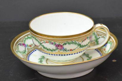 Tasse et sous tasse en porcelaine française...