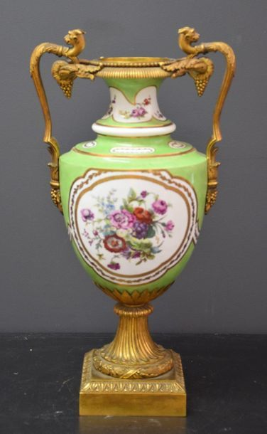 Vase en porcelaine de Paris à décor floral...