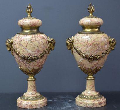 Paire de cassolettes en marbre veiné rose...