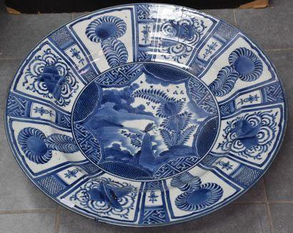 Imposant plat en porcelaine du Japon XIX...