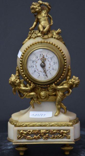 Pendule miniature en marbre blanc et bronze...