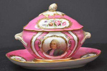 Saucière en porcelaine rose de Sèvres à décor...