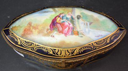 Boîte en porcelaine de Sèvres à décor romantique....