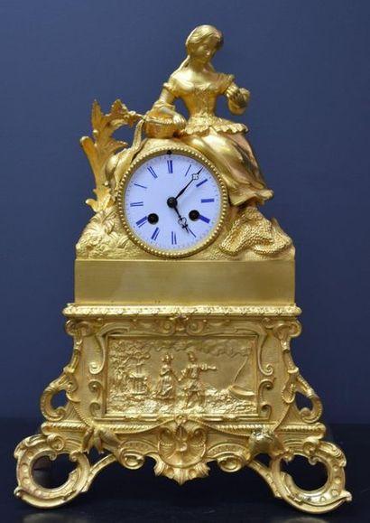 1 Pendule en bronze doré représentant une...