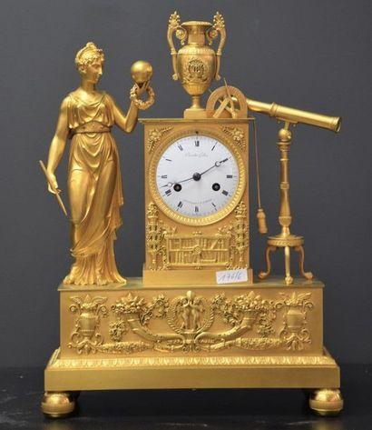 Pendule empire en bronze doré .
