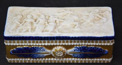 Boîte en porcelaine vers 1920 à décor antique...