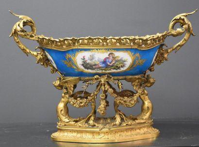 Coupe en bronze doré et porcelaine de Sèvres...