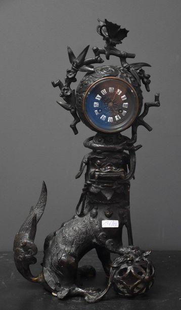 Pendule au chien de fô en bronze surmonté...