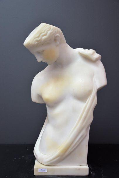 Torse à l'antique en marbre blanc . Ht 52...