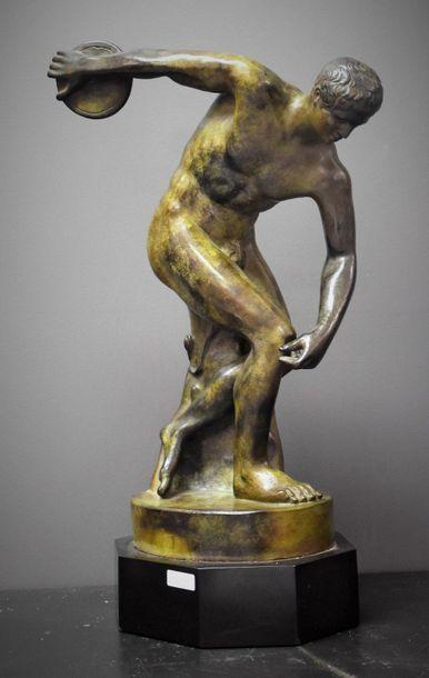 Elégant discobole en bronze à patine verte...