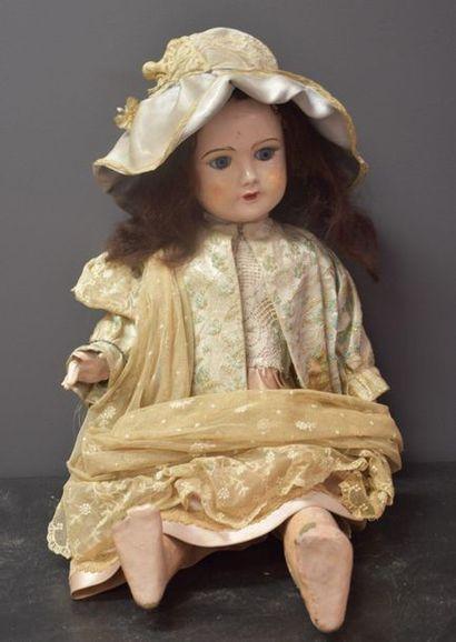 Poupée et sa robe de dentelle . Carton bouilli...