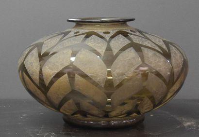 Vase Daum à décor géométrique dégagé à l'acide...