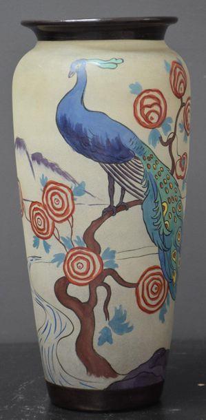 Vase en verre peint à décor de paon de la...