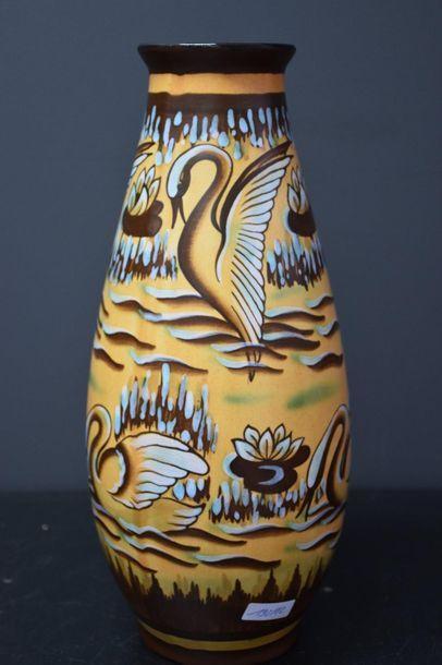 Vase Boch keramis à décor de cygnes . D 2850...