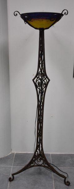 Lampadaire art déco en fer forgé surmonté...