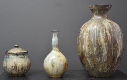 Vase ( ht 38 cm ) , tabatière ( ht 18 cm...
