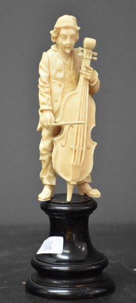 Musicien en ivoire sculpté. Travail allemand...