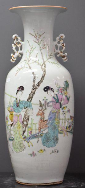 Vase en porcelaine de Chine à décor d'élégantes...