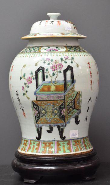 Potiche chinoise à décor de mobilier . Ht...