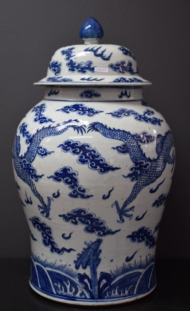 Potiche couverte en porcelaine de Chine à...