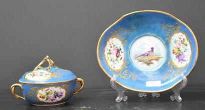 Ecuelle et son plateau en porcelaine de Sèvres...