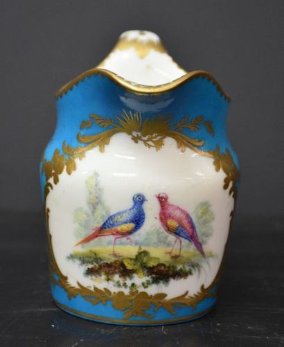 Pot à lait en porcelaine bleu clair de Sèvres...