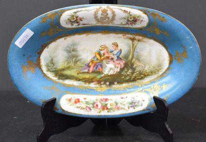 Plat ovale en porcelaine de Sèvres à décor...